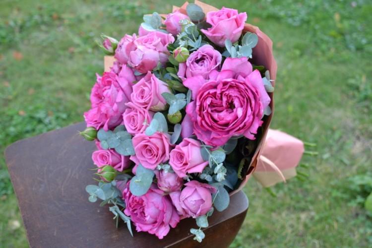 Букет из роз Ив Пьяжеи Аква с кустовой розой в тон