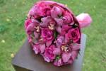Букет из роз МамиБлю и Дип Вотер с орхидеями в тон