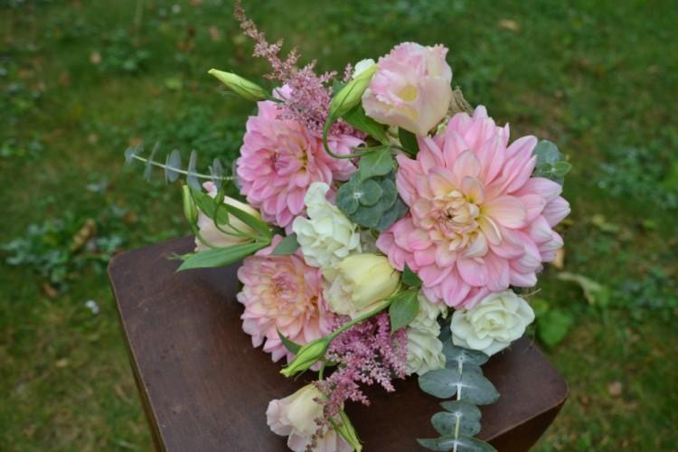 Букет с георгинами_кустовой розой и астильбой