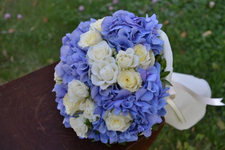 Букет с гортензиией_ и кустовой розой