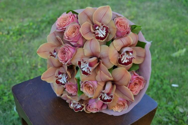 Букет с розами и орхидеями