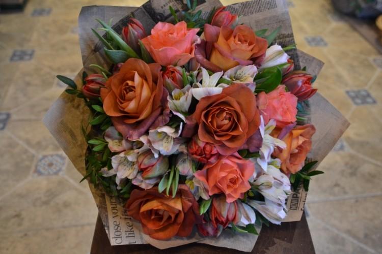 Букет с розами Кофе_Брейк_тульпанами и альстромерией